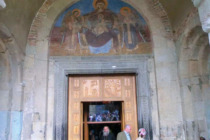 Фотография Вход в Церковь Светицховели - Обзорная Автобусная Экскурсия Тбилиси - Мцхета - Джвари с туристической компанией Hop On Hop Off Tbilisi