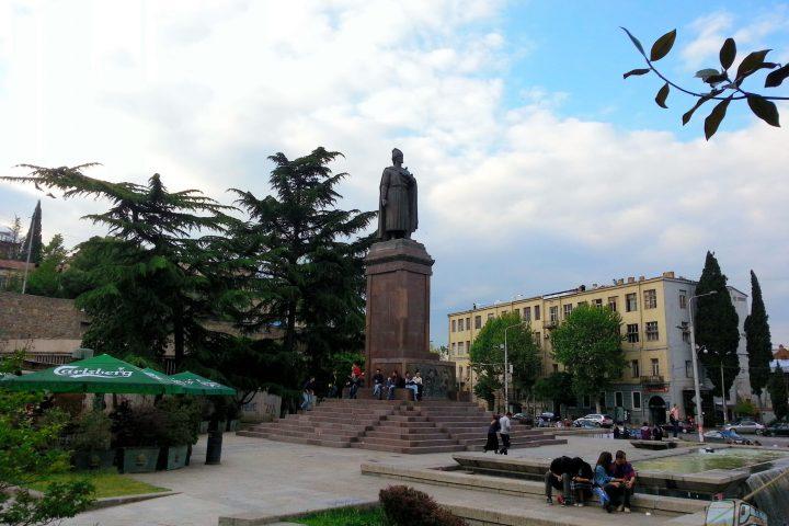Фотография Памятник Руставели - Обзорная Автобусная Экскурсия Тбилиси - Мцхета - Джвари с туристической компанией Hop On Hop Off Tbilisi
