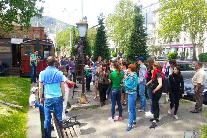 Фотография Скульптура Фонарный Мастер на улице Бараташвили Конка - Обзорная Автобусная Экскурсия Тбилиси - Мцхета - Джвари с туристической компанией Hop On Hop Off Tbilisi