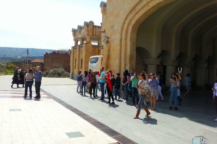 Фотография Вход на территорию Храма Цминда Самеба - Обзорная Автобусная Экскурсия Тбилиси - Мцхета - Джвари с туристической компанией Hop On Hop Off Tbilisi