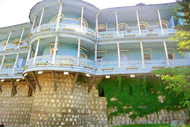 Фотография Дом на Старой Крепостной Стене - Обзорная Автобусная Экскурсия Тбилиси - Мцхета - Джвари с туристической компанией Hop On Hop Off Tbilisi