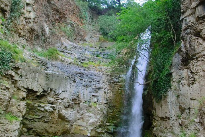 Фотография Цавкисский Водопад в районе Серных Бань - Обзорная Автобусная Экскурсия Тбилиси - Мцхета - Джвари с туристической компанией Hop On Hop Off Tbilisi