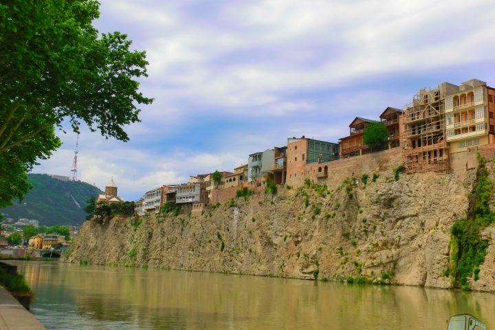 Фотография Дома над рекой Курой - Обзорная Автобусная Экскурсия Тбилиси - Мцхета - Джвари с туристической компанией Hop On Hop Off Tbilisi