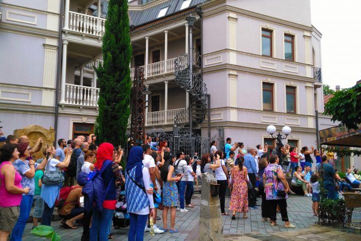 Фотография Ждут Выход Ангела на Башне - Обзорная Автобусная Экскурсия Тбилиси - Мцхета - Джвари с туристической компанией Hop On Hop Off Tbilisi