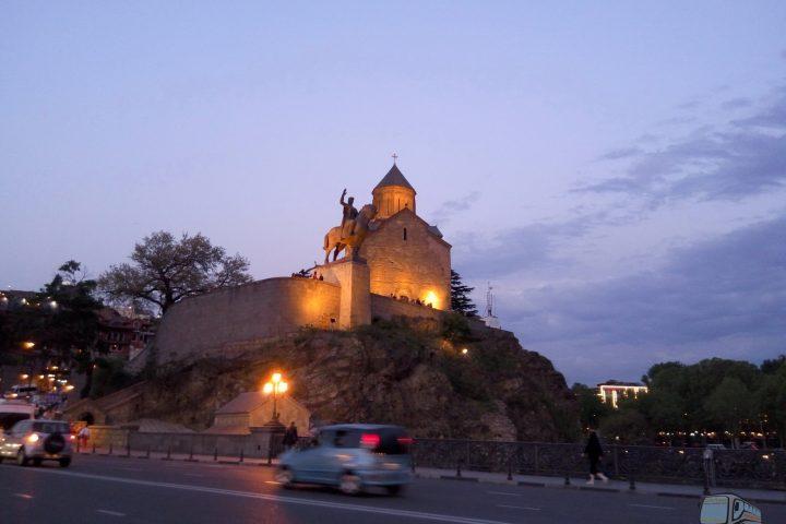 Фотография Храм Метехи и Вахтанг Горгасал - Обзорная Автобусная Экскурсия Тбилиси - Мцхета - Джвари с туристической компанией Hop On Hop Off Tbilisi