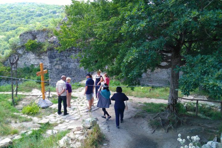 Фотография На Развалинах Старого Храма во время Тура из Тбилиси в Кахетию Бодбе Сигнахи Цинандали Телави с компанией Hop on Hop off Tbilisi