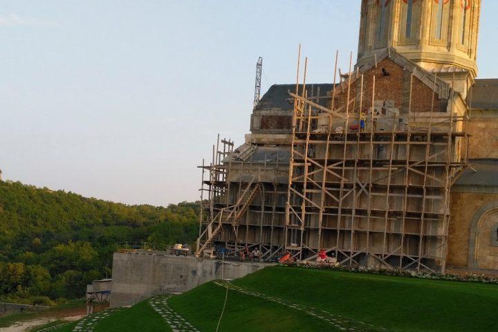 Фотография Монастырь Бодбе Храм Святой Нино во время Тура из Тбилиси в Кахетию Бодбе Сигнахи Цинандали Телави с компанией Hop on Hop off Tbilisi