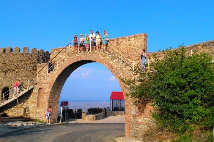 Фотография Сигнахи крепостная стена Арка во время Тура из Тбилиси в Кахетию Бодбе Сигнахи Цинандали Телави с компанией Hop on Hop off Tbilisi