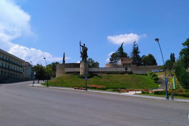Фотография Телави Памятник Ираклию II во время Тура из Тбилиси в Кахетию Бодбе Сигнахи Цинандали Телави с компанией Hop on Hop off Tbilisi