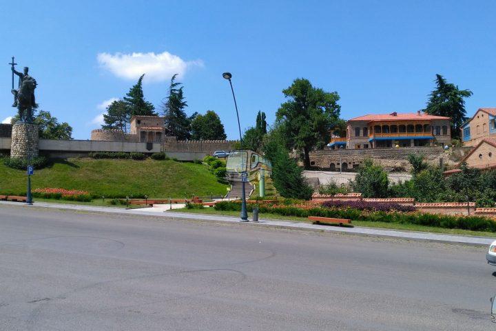 Фотография Телави Резиденция Царя Ираклия II во время Тура из Тбилиси в Кахетию Бодбе Сигнахи Цинандали Телави с компанией Hop on Hop off Tbilisi
