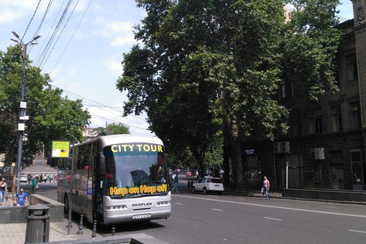 Фотография Автобус Hop On Hop Off на Остановке проспект Руставели 52 - Обзорная Автобусная Экскурсия Тбилиси - Мцхета - Джвари