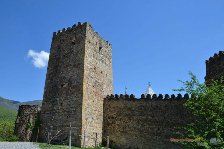 Фотография Башня и стена крепости Ананури снаружи во время Экскурсии в Казбеги по Военно-Грузинской дороге Ананури - Гудаури - Казбеги с компанией Hop on Hop off Tbilisi