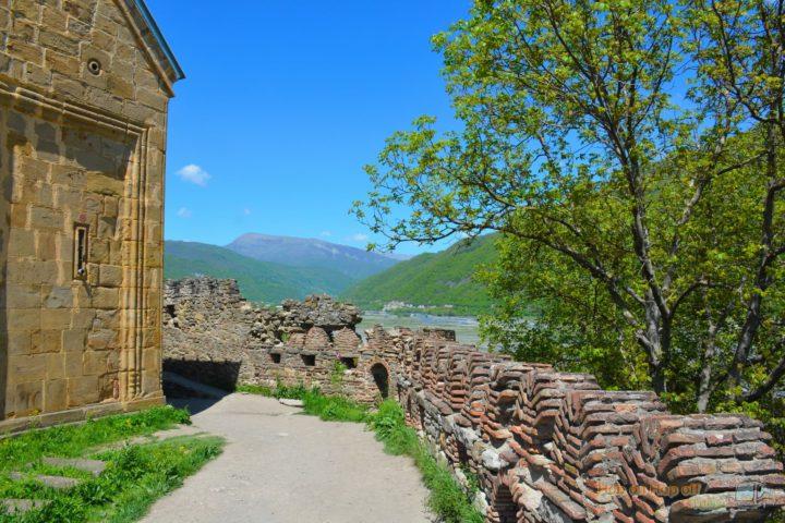 Фотография Вид с крепостной стены крепости Ананури во время Экскурсии в Казбеги по Военно-Грузинской дороге Ананури - Гудаури - Казбеги с компанией Hop on Hop off Tbilisi