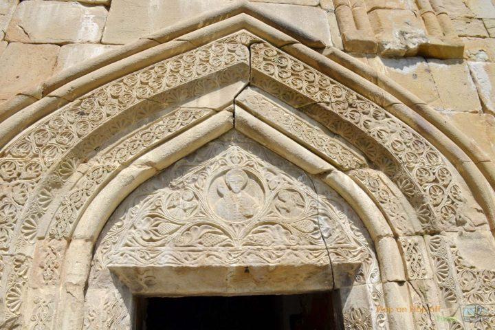 Фотография Портал над входом в Храм Успения в Ананури во время Экскурсии в Казбеги по Военно-Грузинской дороге Ананури - Гудаури - Казбеги с компанией Hop on Hop off Tbilisi