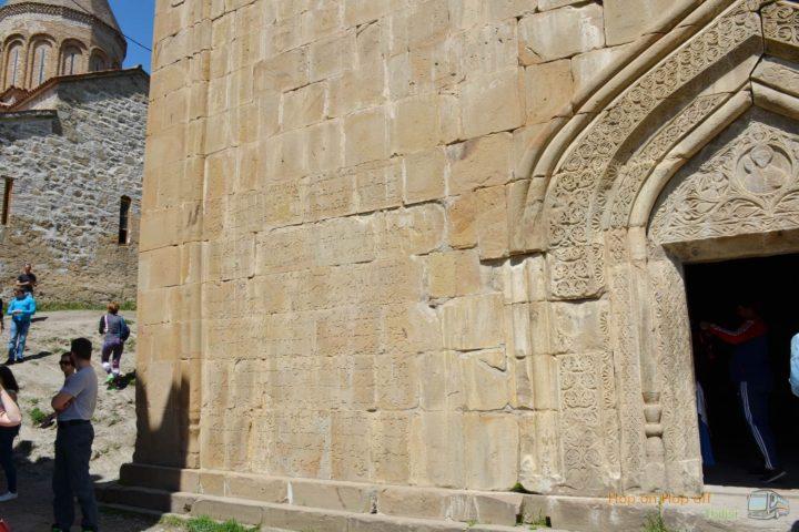 Фотография Резьба по камню на стене Церкови Успения в крепости Ананури во время Экскурсии в Казбеги по Военно-Грузинской дороге Ананури - Гудаури - Казбеги с компанией Hop on Hop off Tbilisi