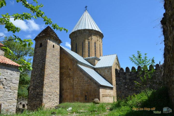 Фотография Церковь Успения и Башня в Ананури во время Экскурсии в Казбеги по Военно-Грузинской дороге Ананури - Гудаури - Казбеги с компанией Hop on Hop off Tbilisi
