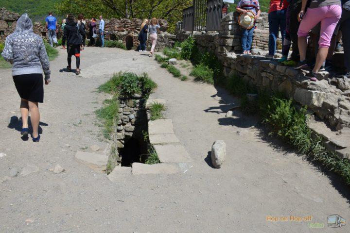 Фотография Спуск в подземелье Крепости Ананури во время Экскурсии в Казбеги по Военно-Грузинской дороге Ананури - Гудаури - Казбеги с компанией Hop on Hop off Tbilisi