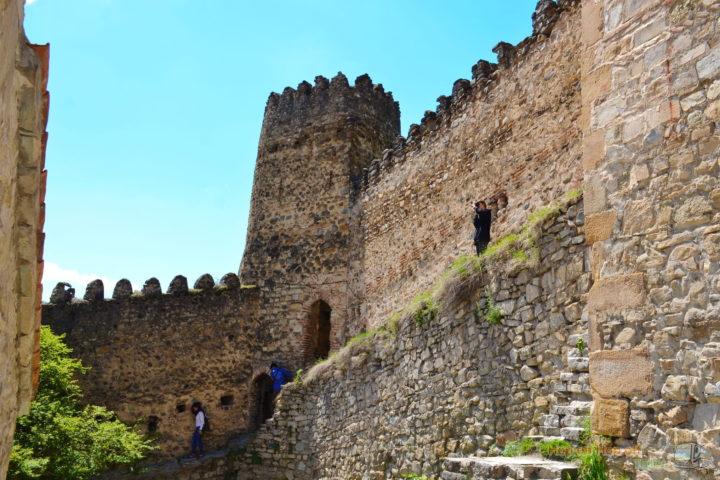 Фотография Крепостные стены и Башня в Ананури во время Экскурсии в Казбеги по Военно-Грузинской дороге Ананури - Гудаури - Казбеги с компанией Hop on Hop off Tbilisi