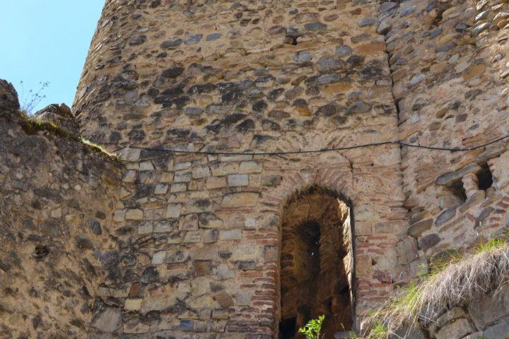 Фотография Крепостная Башня в Ананури во время Экскурсии в Казбеги по Военно-Грузинской дороге Ананури - Гудаури - Казбеги с компанией Hop on Hop off Tbilisi