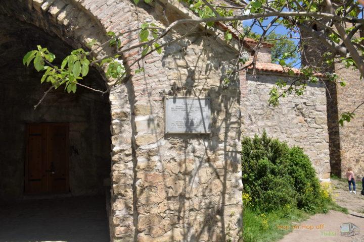 Фотография Церковь Гвтаеба в крепости Ананури во время Экскурсии в Казбеги по Военно-Грузинской дороге Ананури - Гудаури - Казбеги с компанией Hop on Hop off Tbilisi