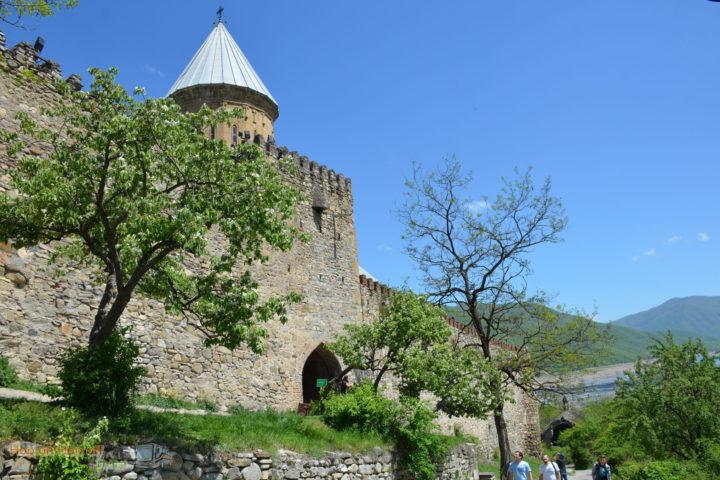 Фотография Ананури Крепостная стена снаружи во время Экскурсии в Казбеги по Военно-Грузинской дороге Ананури - Гудаури - Казбеги с компанией Hop on Hop off Tbilisi