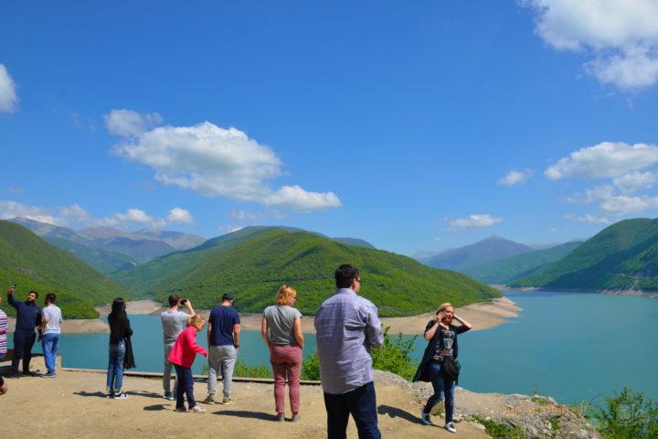 Фотография Группа на Жинвальском Водохранилище во время Экскурсии в Казбеги по Военно-Грузинской дороге Ананури - Гудаури - Казбеги с компанией Hop on Hop off Tbilisi