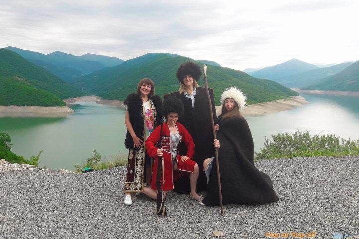 Фотография наших Позитивных туристок на фоне Жинвальского Водохр. во время Экскурсии в Казбеги по Военно-Грузинской дороге Ананури - Гудаури - Казбеги с компанией Hop on Hop off Tbilisi