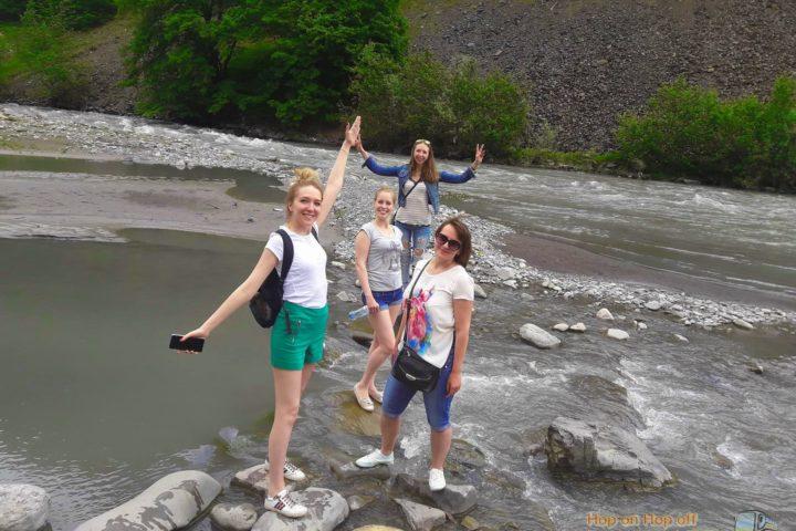 Фотография Счастливые Туристки на реке Арагви во время Экскурсии в Казбеги по Военно-Грузинской дороге Ананури - Гудаури - Казбеги с компанией Hop on Hop off Tbilisi