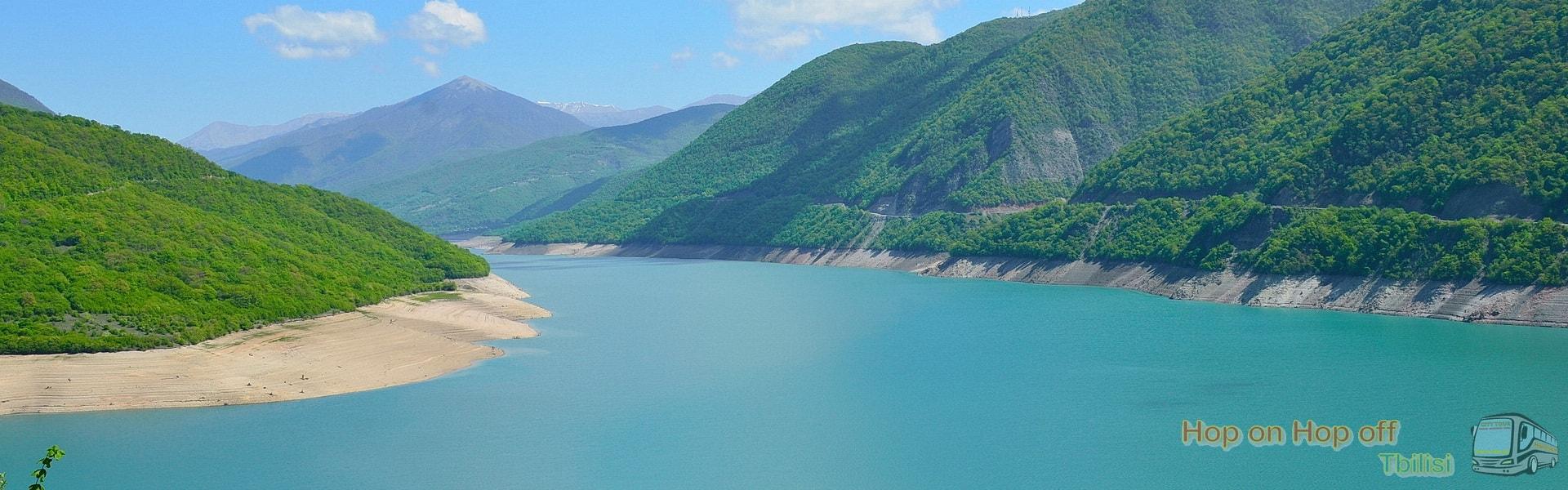 Жинвальское Водохранилище во время Экскурсии в Казбеги по Военно-Грузинской дороге Ананури - Гудаури - Казбеги с компанией Hop on Hop off Tbilisi