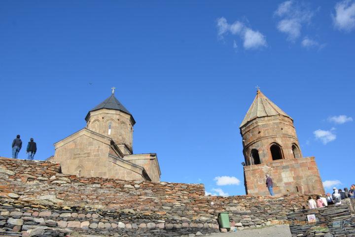 Фотография Поднимаемся к Монастырю Гергетской Троицы во время Экскурсии в Казбеги по Военно-Грузинской дороге Ананури - Гудаури - Казбеги с компанией Hop on Hop off Tbilisi